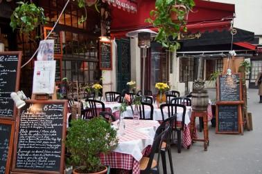 Restaurant_rue_Mouffetard_à_Paris.jpg